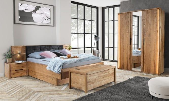 Drewniana sypialnia z szafą i łóżkiem stoliki nocne